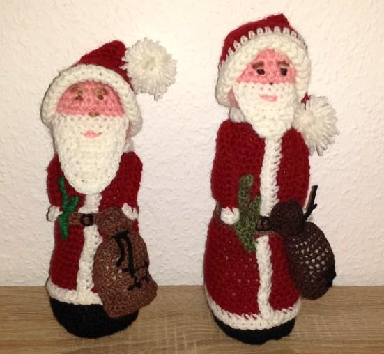 2 gehäkelte weihnachtsmänner